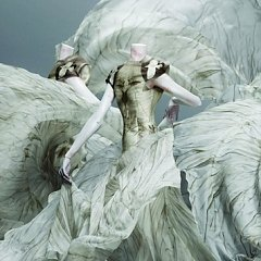 """The Spectacular Confrontations of """"Alexander McQueen: Savage Beauty"""""""